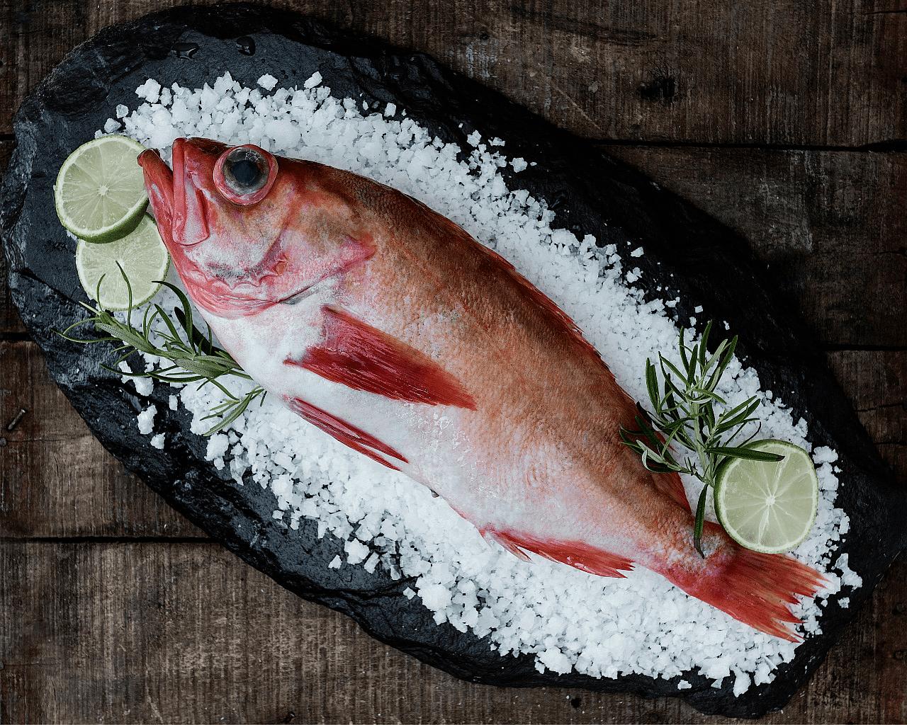 Griller hel fisk: Følger du noen enkle huskeregler, du får et saftig og smakfullt sluttresultat.