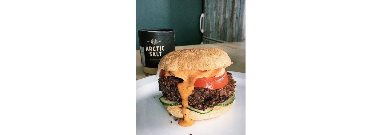 Prøv denne: Saftig, svart bønneburger med røkt chipotle-majones